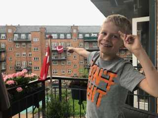 Mikkel Veng har sendt der her billede, hvor han skriver, de både fejrer flaget og indvielsen af deres nye gårdhave.