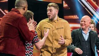 Glæden og lettelsen stod malet i ansigtet på Rasmus, da han fredag aften blev udråbt som den første finalist i årets X Factor.