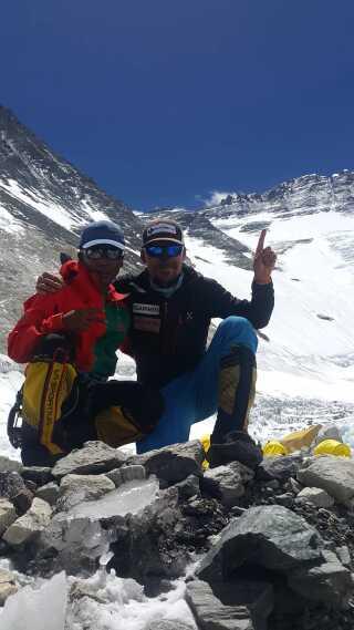 Rasmus Kragh havde følgeskab af en såkaldt sherpa, en lokal bjergguide, på turen. Sherpaen havde ilt nok med til sig selv - men ikke til Rasmus Kragh, der hellere ville vende om end bruge medbragt ilt.