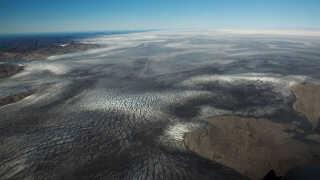 Is plejer at være hvid. Men i Grønland er den mange steder mørk. Det skyldes flere ting. Blandt andet alger, der trives bedre i et varmere klima, støv og partikelforurering fx afbrænding af fossile brændsler.