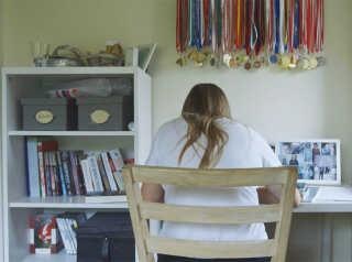 For Thea har det været svært at balancere lektier, veninder, kærlighed og fodbold.
