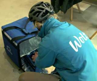 Klaus Ager Sørensen kører ud til restaurationerne og pakker maden i sin store Wolt-taske, der holder maden varm. og så starter cykelturen frem til kunden.