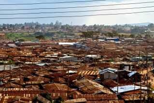 Det største slumområde i Nairobi hedder Kibera. Her arbejde flere af medlemmerne i Sarabi frivilligt som undervisere på en musikskole.