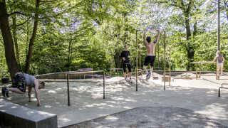 I Søndermarken har Frederiksberg Kommune sat to aktivitetsstationer op, hvor borgerne kan lave styrketræning. Det appellerer tilsyneladende mest til folk, der i forvejen træner og løber i parken og til børn og deres forældre.