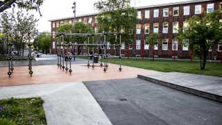 Flere steder i København har man lavet kvarterløft, hvor bydelene blandt andet har fået bevægelsesområder på pladser, der tidligere ikke rigtig blev brugt. Her er det et område i Haraldsgade Kvarterløft, hvor man udover træningsstativet har lavet boldbaner og gynger, der ifølge René Kural appellerer til teenagepiger.
