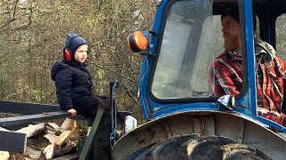 Karl og Dennis i gang med traktoren.
