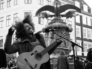 Frederik Konradsen kan flere gange om ugen opleves ved Storkespringvandet på Strøget i København, hvor han optræder med en blanding af sine egne sange og covernumre.