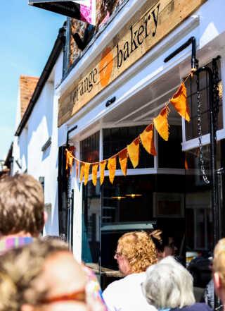 Mange bliver afvist efter at have stået i kø til Orange Bakery, hvor rygtet om Kitty Taits bagefærdigheder spredes fra.