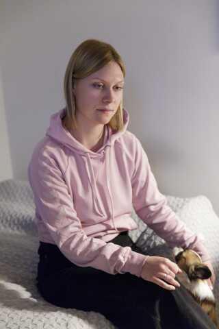 Nadja bor i dag i en etværelseslejlighed med hunden Sølje. De dage, hvor hun har det værst, kan hunden stadig få hende ud.
