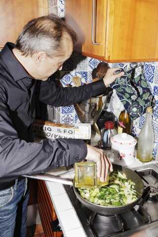 Elvio forbereder en varm ret til frokost. Da han første gang var i Danmark, blev han overrasket over, at de fleste danskere spiser en kold og lidt fortravlet frokost. Han var fra Italien vant til at have god tid til at lave og nyde maden midt på dagen.