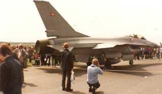 Åbent hus på Flyvestation Skrydstrup 29. maj 1983. Dansk F-16A Fighting Falcon. Flyet har en topfart på 2.376 km/t og er bevæbnet med en 20 millimeter Vulcan MK samt diverse bomber, missiler og raketter.