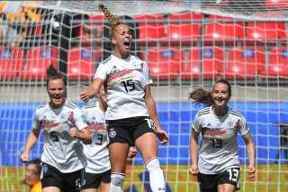 Giulia Gwinn fejrer Tysklands ene mål i kampen mod Kina.