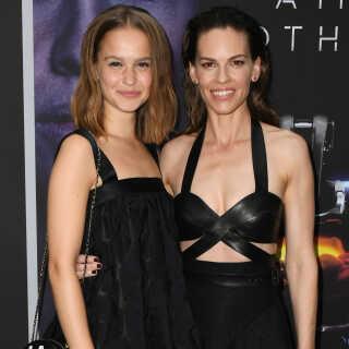 Clara Rugaard og Hilary Swank under gallapremieren på 'I Am Mother' i Los Angeles.