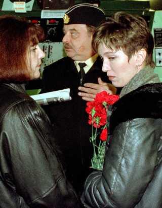 Tidligere øverstbefalende for Nordflåden, Vjatjeslav Popov, ses her med Oksana Silogova (th.) og Irina Shubina, der begge mistede deres mænd, som var officerer ombord på Kursk.