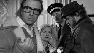 Første afsnit af Leif Panduros krimiserie med Jens Okking, Henning Moritzen og en lang række af landets mest populære skuespillere i øvrigt.