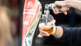På festivalen sælger mange boder økologiske øl til samme pris som de normale.