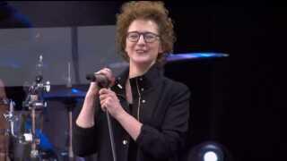 Som den allersidste sang gav Marie Key hittet 'Uden Forsvar'. Publikum kunne den udenad, og sangskriveren bag kvitterede med det Marie Keyske smil.