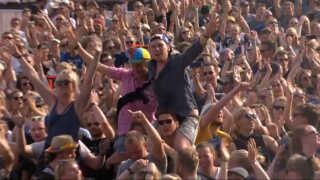 Publikum var glade og kåde på plænen foran Orange Scene.
