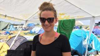 Mathilde Worn, der har festet sig til sin bedste festival nogensinde, spørger, om hun må beholde brillerne på til billedet.