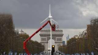 I forbindelse med klimatopmødet er der blevet installeret en vindmølle på Champs-Elysees i Paris.