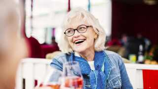Det er leveren, der står for nedbrydningen af alkohol, og den fungerer også på lavere blus efterhånden som man bliver ældre, forklarer læge Britta Weyer.