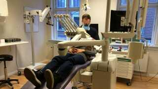 Tandlæge Jacob Slavensky siger, at patienter selv skal igang med tandbørsten og holde god mundhygiejne, når de har paradentose.