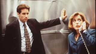 Fox Mulder (David Duchovny) og Dana Scully (Gillian Anderson) som de så ud i 1990érne. Nu er de tilbage i en ny sæson af den legendariske serie.