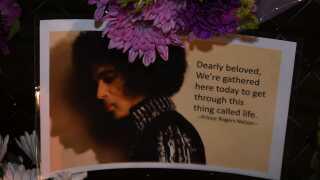 Fans har efterladt massevis af lilla blomster, balloner og afskedsbreve ved sangerens hjem.