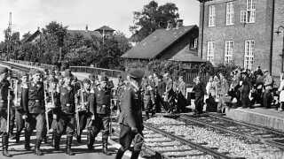 Frikorps Danmark før afrejse på Hellerup Station. Ca. 12.000 danskere melder sig frivilligt til tysk krigstjeneste under Anden Verdenskrig. Omkring 6.000 mænd består optagelsesprøverne og bliver sendt til Østfronten.