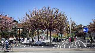 Den sorte plads på Nørrebro i København hænger sammen med cykelruten i Nørrebro Bypark. Uanset hvornår du kører forbi i løbet af døgnet, er der mennesker.