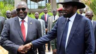Den sydsudanesiske præsident, Salva Kiir (th), hilser her på landets vicepræsident, Riek Machar (tv), i april i år. De to har længe været i konflikt med hinanden og er hovedårsagen til den nuværende konflikt.