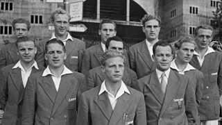 11 af de danske spillere, der var med, da Danmark vandt bronze ved OL i 1948. Bagerst f.v. Johannes Pløger, Knud Lundberg, Carl Aage Præst, John Hansen, Jørgen Leschly Sørensen, Axel Pilmark, Dion Ørnvold, Ivan Jensen, Viggo Jensen, Eigil Nielsen og Knud Børge Overgaard.