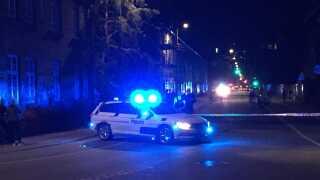 Der var stort politiopbud i området sent onsdag aften. Her ses en af politibilerne på stedet.