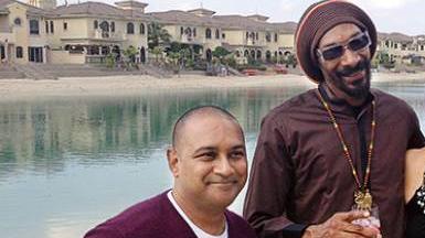 Her ses den mistænkte Sanjay Shah ved siden af rapperen Snoop Dogg.
