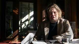 """Jan Sonnergaard udgav i 2013 sin sidste novelle """"Otte opbyggelige fortællinger om kærlighed og mad og fremmede byer"""" , der bliver fremhævet som en af hans bedste."""