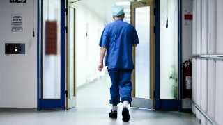 Det er ikke samtaler om tro, der fylder på danske hospitalsgange.