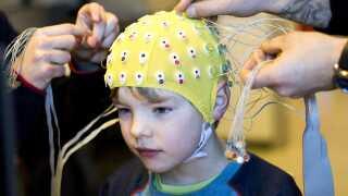 Tre københavnske folkeskoler har deltaget i motorik-projektet på Københavns Universitet, hvor man blandt andet har målt hjerneaktiviteten - ved hjælp af elektroder på en hætte som på billedet - mens eleverne løste matematikopgaver.