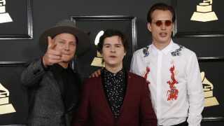 Det danske band Lukas Graham var nomineret i tre kategorier - dog uden at vinde en statuette med hjem. Her ses bandet på den røde løber under nattens Grammy-show.