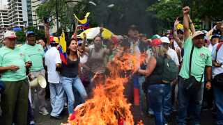 Demonstranter i den østlige del af Caracas satte ild til en attrap, der skulle forestille præsidenten.