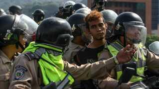En mand anholdes under en demonstration mod Venezuelas regering.