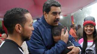 Præsident Nicolas Maduro hilser på tilhængere i Caracas.