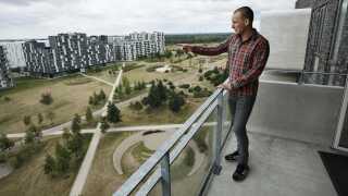 Ejendomsmægleren Jacob Nilausen viser rundt i boliger i Ørestaden.