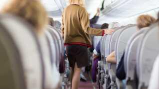 Hvis du skal flyve i mange timer, er det vigtigt at få gang i benene. Marina Aagaard har samlet nogle gode råd.