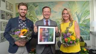Johannes Nymark og Annette Heick sammen med Aalborgs borgmester, Thomas Kastrup-Larsen, under afsløringen af næste års værtsby onsdag formiddag.