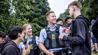 De unge blev mødt af et stort - og tilsyneladende storsmilende - politiopbud i Ulvedalene i Dyrehaven.