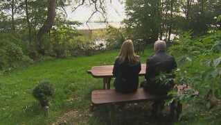 Jackie og Ivar Petersen på den bænk ved Furesøen i København, hvor de har sat en bænk op til minde om deres søn.