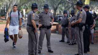 Betjente er her tilstede på universitetet i Gainesville i Florida.
