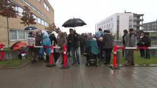 """Folk var mødt op foran Retten i Holbæk, da sagen startede, for at vise deres støtte til mureren Claus """"Moffe"""" Nielsen, hans hustru og tre andre, der er tiltalt for ulovligt salg af cannabisolie."""