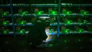 En kinesisk Bitcoin-miner inspicerer de computere, der er koblet til Bitcoin-netværket i håbet om at få bitcoins som belønning. En af de største udfordringer er at holde temperaturen nede.