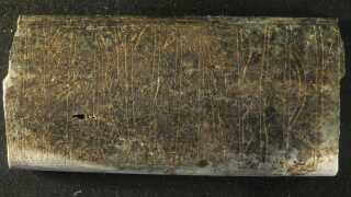 Fragment af knivskæfte fundet i Ribe. Man har endnu ikke kunnet tyde runerne på kniven.
